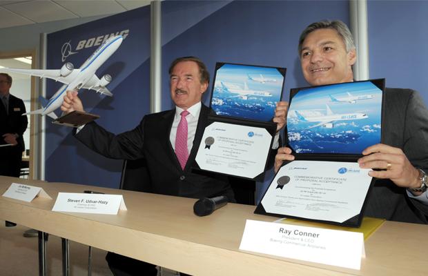 ERIC PIERMONT [AFP] FRANCE, Le Bourget: Air Lease Corporation Président et PDG Steven Udvar-Hazy (L) pose avec Boeing Commercial Président et PDG Ray Conner (R) après une cérémonie de signature à l'aéroport du Bourget, près de Paris le 18 Juin 2013 et sur le 50e international salon du Bourget. Boeing a annoncé mardi qu'elle a lancé le Dreamliner 787 à 10, le troisième membre de la famille 787. Engagements de lancement des clients pour le 787-10 comprennent Air Lease Corporation avec 30 avions.