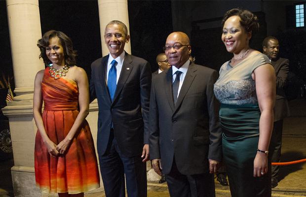 JIM WATSON [AFP] - Le président américain Barack Obama (2ème G) et la Première Dame Michelle Obama (G) posent avec le président sud africain Jacob Zuma (2ème D) et sa femme Thobeka Zuma avant un dîner officiel à Pretoria, en Afrique du Sud