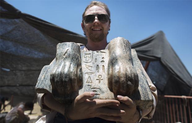 MENAHEM KAHANA [AFP] -  Joshua Talbot bénévole de l'excavation Australiene  présente les vestiges d'un Sphinx avec une inscription hiéroglyphique entre ses pattes datant circa 3e siècle , trouvé  dans le site archéologique israélien Nord de l'ancienne Tel Hazor, a révélé le 9 Juillet 2013.