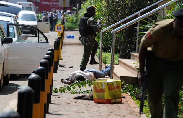 [AFP] - Un cadavre est étendu par terre pendant que les policiers armés tentent entrer dans le centre commercial Westgate