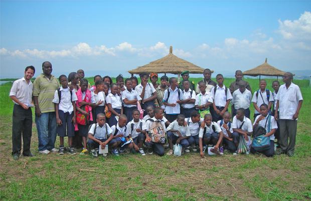 André Kadima entouré des élèves touristes au Parc de la N'sele - BEF Photo