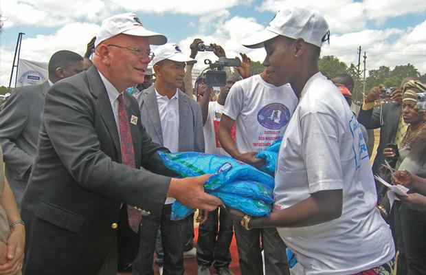 L'ancien Ambassadeur des USA en RDC remet les MILD à une femme enceinte à Lubumbashi lors de la campagne d'avril 2012
