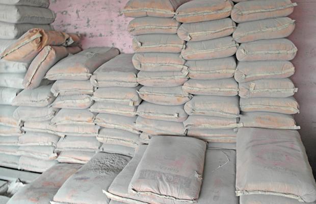 Des sacs de ciment gris importé de la Turquie dans un dépôt de Kinshasa.