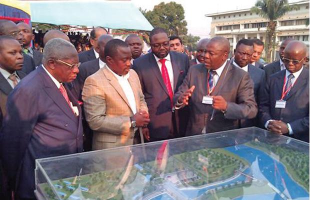 Le Président Joseph Kabila devant la maquette du futur barrage de Katende au Kasaï-Occidental