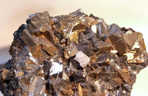 La chalcopyrite, source la plus commune de minerai de cuivre.