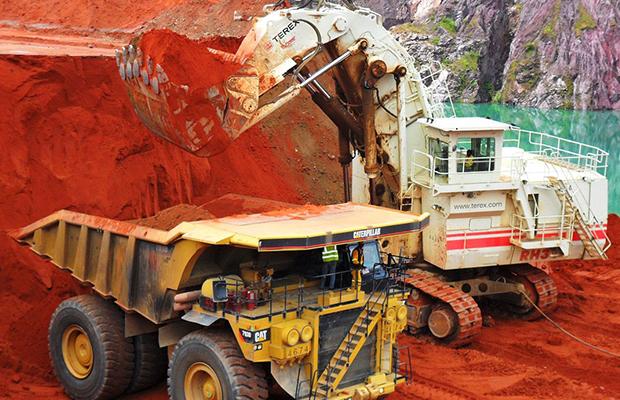 Chargement des minerais dans une benne.