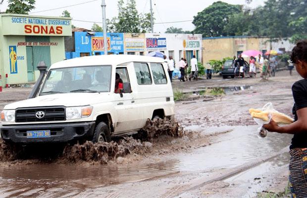 Sur une route principale de la commune de Kimbanseke à Kinshasa, (Photo Radio Okapi)