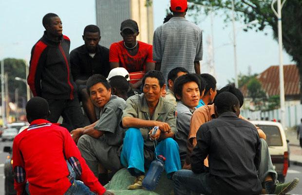 Scène de fraternisation des travailleurs chinois et congolais