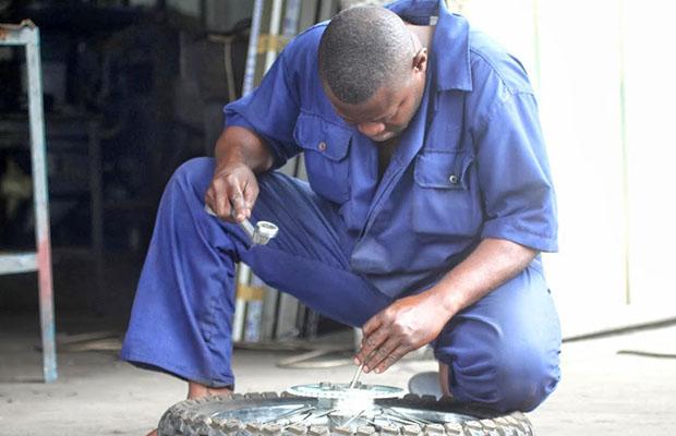 Certains mécaniciens à N'djili n'ont pas besoin des garages pour exercer le métier. (Photo DR)