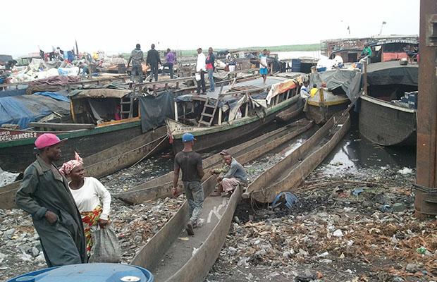 Des baleinières au port de Baramoto à Kinshasa. (Photo BEF)