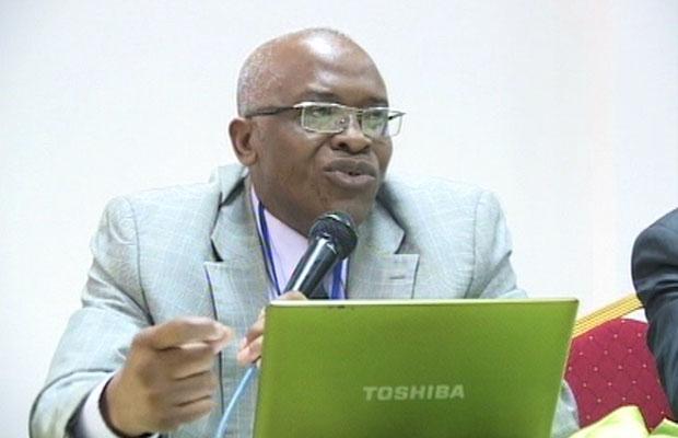 Le professeur Grégoire Bakandeja lors d'une conférence-débat.