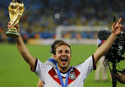 feature__0002_31_01 – Mario de Janeiro ! Götze, le buteur, tout à sa joie avec le trophée. (Phoro RFI)