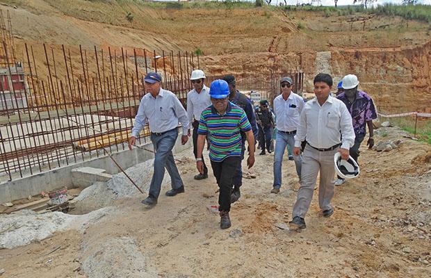 Le ministre des RHE, Bruno Kapandji, visitant le site du barrage de Katende