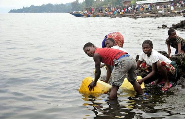 Approvisionnement en eau potable au bord du lac Kivu à Goma (R.O)