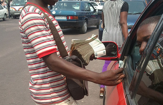 Un vendeur monnayant les petites coupures à Kintambo-Magasin. (Photo BEF)
