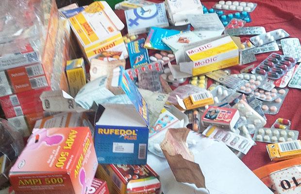 Des produits pharmaceutiques vendus en vrac au marché central.