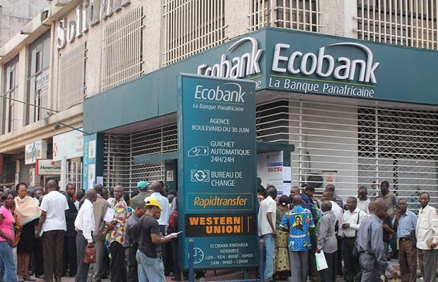 Des fonctionnaires attendant leur paie devant une agence d'Ecobank à Kinshasa.