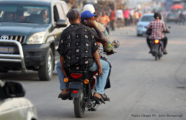 Les taxi-motos suppléent à la difficulté de transport à Kinshasa. (R.O.)
