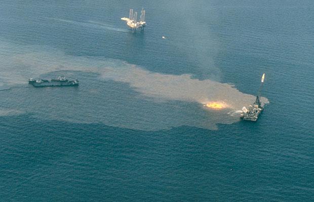 Puits de pétrole à l'océan Atlantique. (Wikipédia)