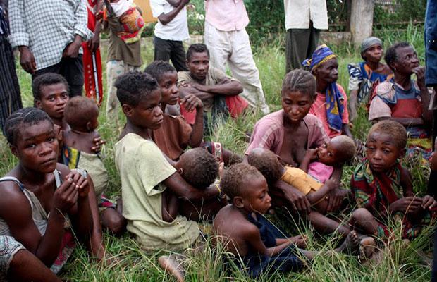 Une famille de pygmées dans un centre des refugiés de Dongo. (Photo Radio Okapi)