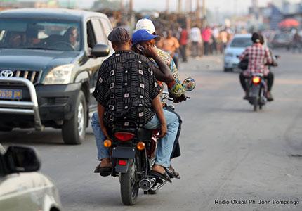 feature__0009_28_02 – Taxi-motos, le nouveau moyen de transport des Kinois