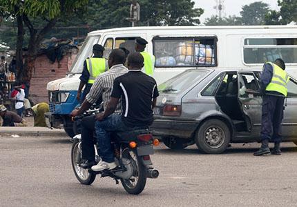 feature__0010_28_01 – Une vue de taxi moto sur une des avenues de Kinshasa