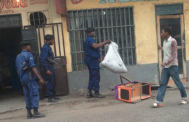 Les éléments de police en pleine opération de déguerpissement des marchés pirates à Kintambo-Magasin.  (BEF)