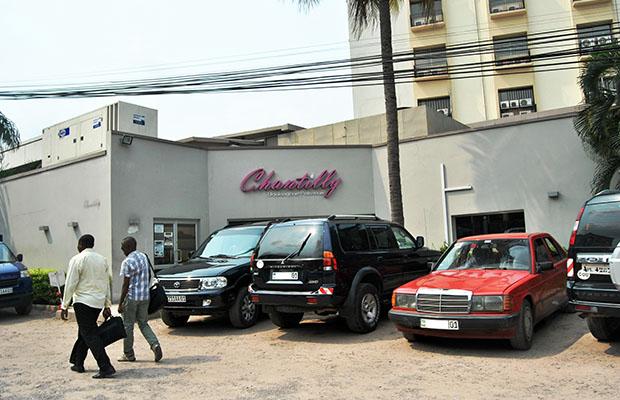 Des véhicules stationnés dans la commune de la Gombe. (BEF)