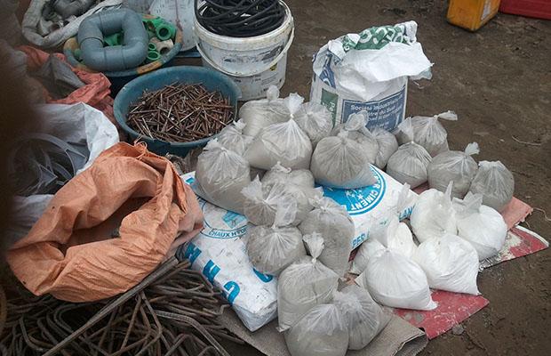 Des sachets contenant chacun un kilo de ciment dans une quincaillerie, à Kinshasa.