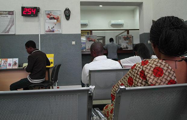 Des clients dans une agence de transfert d'argent.