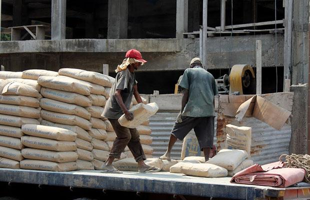 Un déchargement du ciment produit à Lukala, dans la province du Bas-Congo.