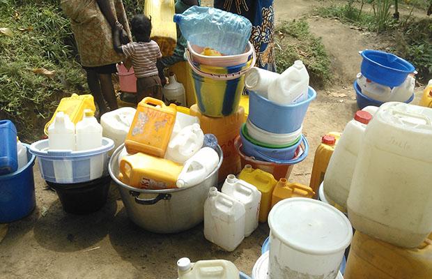 Une famille en quête d'eau à Binza-Delvaux, dans la commune de Ngaliema.