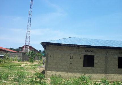 feature__0007_28_01 – Une maison en construction à Zamba Télécom