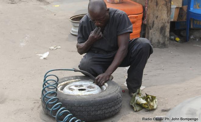 Un réparateur de pneus, à Kinshasa.