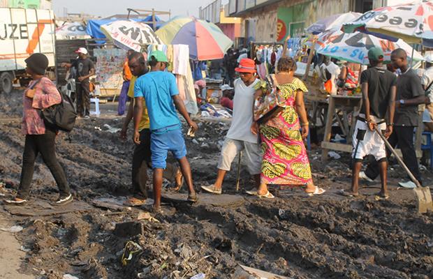 Une des avenues insalubres au marché central de Kinshasa.