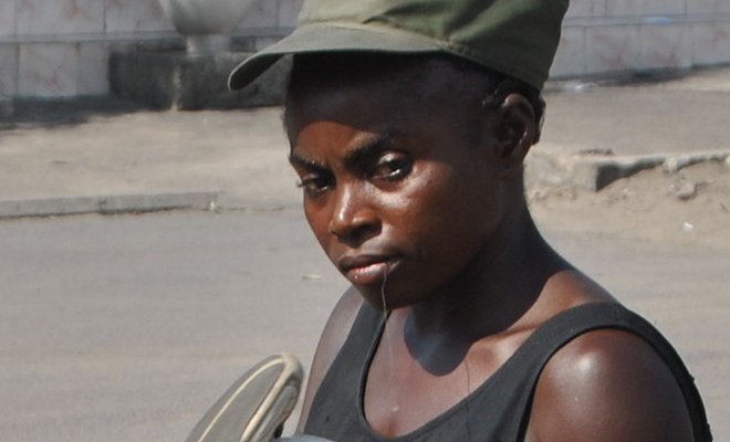 Carine Syamundele Mbemba, réparatrice de chaussures.