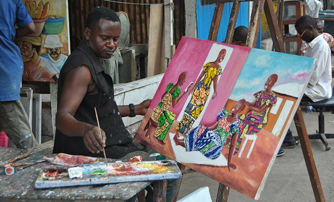 Un peintre travaillant dans un atelier.