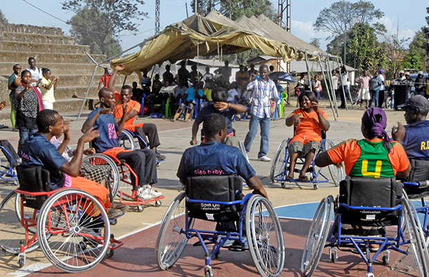 Des personnes handicapées taillant bavette à Goma, Nord-Kivu.