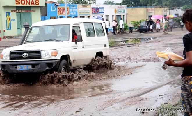 Route en mauvais état dans la commune de Kimbanseke, à Kinshasa.