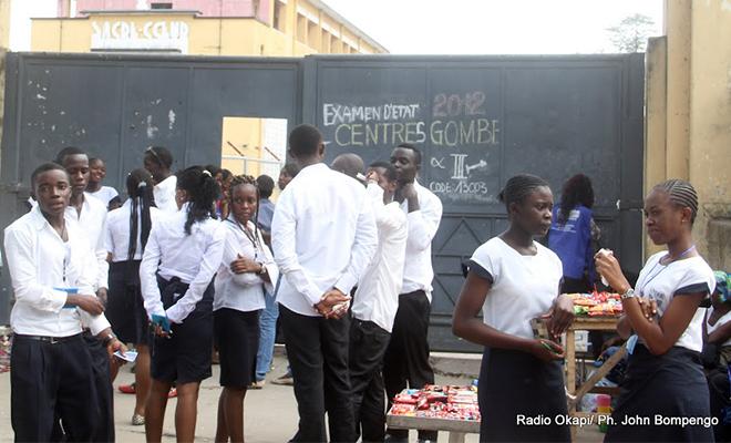 Des élèves devant une école, dans la commune de la Gombe.
