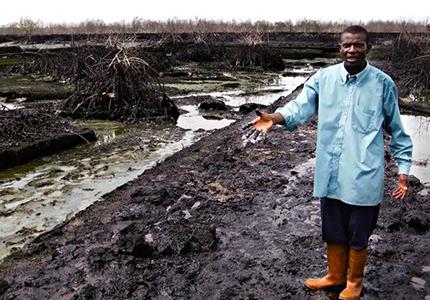 feature__0014_07 _ 01- Un fermier nigerian montrant les dégâts causés par Shell à Bodo