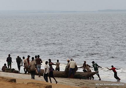 feature__0014_08_01 – Pêcheurs au retour avec les poissons du jour, à Muanda (Muanda)