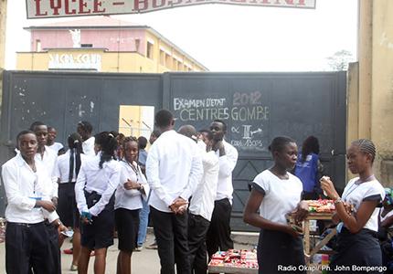 feature__0017_05_01 – Des élèves finalistes se concertent devant un des centres d'examen d'Etat