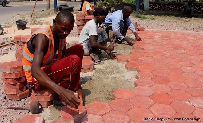 Des jeunes ouvriers en pleine action sur un chantier à Kinshasa. [Radio Okapi]