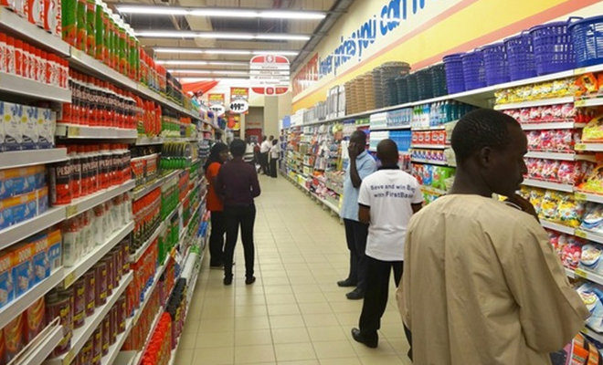 Des clients dans un supermarché au Nigeria.