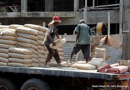 feature__0006_20_01- déchargement de ciment dans un dépôt de vente à Kinshasa