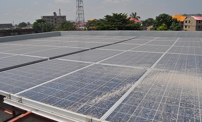 Un panneau solaire dans la commune de la Gombe, à Kinshasa.
