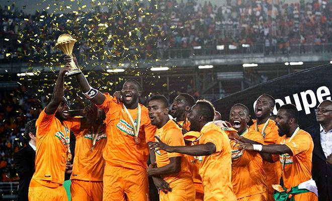 Le milieu de terrain Yaya Touré, capitaine des Eléphants, brandissant le trophée après la victoire.