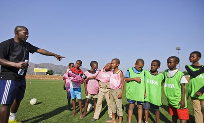 Kinshasa compte un nombre important d'écoles de foot pour jeunes.