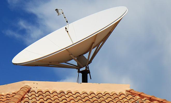 Une antenne parabolique sur le toit d'une maison à Kinshasa.